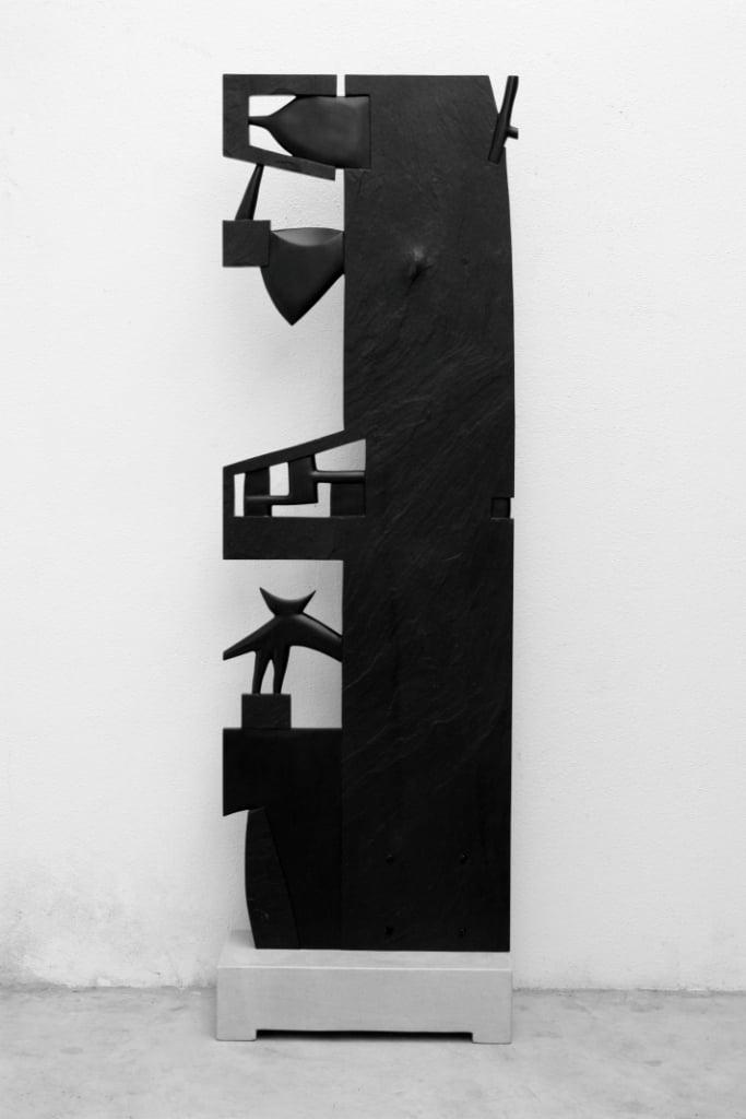 Escultura em ardósia e base de calcário 0.60x1.95x0.30m ano- 2007.JPG