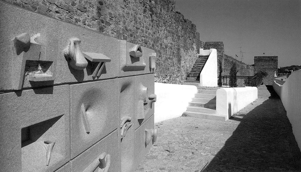 Portão da barbacã do Castelo de Portalegre-granito-2005 (2).jpg