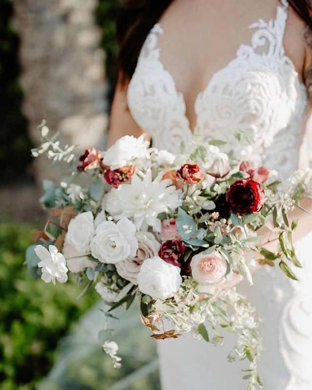 a tinge of burgundy for some added interest to Kelsey's bouquet ✨ captured by @mackenziephoto_