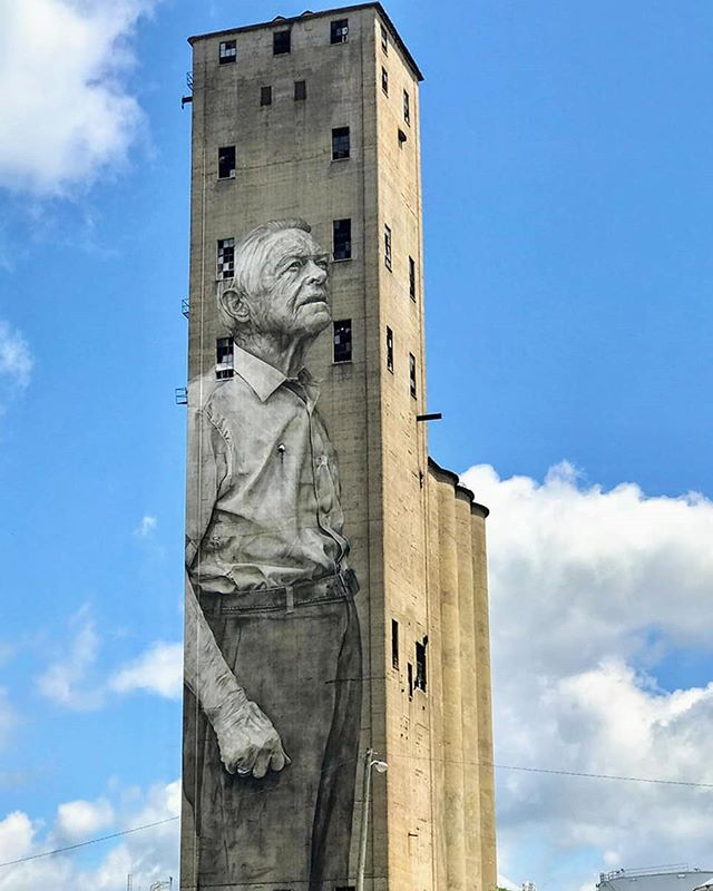A 91-year old Nashville🇺🇸 old-timer has been made an icon and a symbol for the need to respect the past thanks to artist Guido Van Helten's mural.👨‍🎨 Like other disused buildings, this 15-story grainery was due to be demolished as the town makes way for new development and becomes more gentrified. However, this eerie, abandoned building has been given a new lease of life all thanks to the beauty of public art! // 📸: Amy Eskind