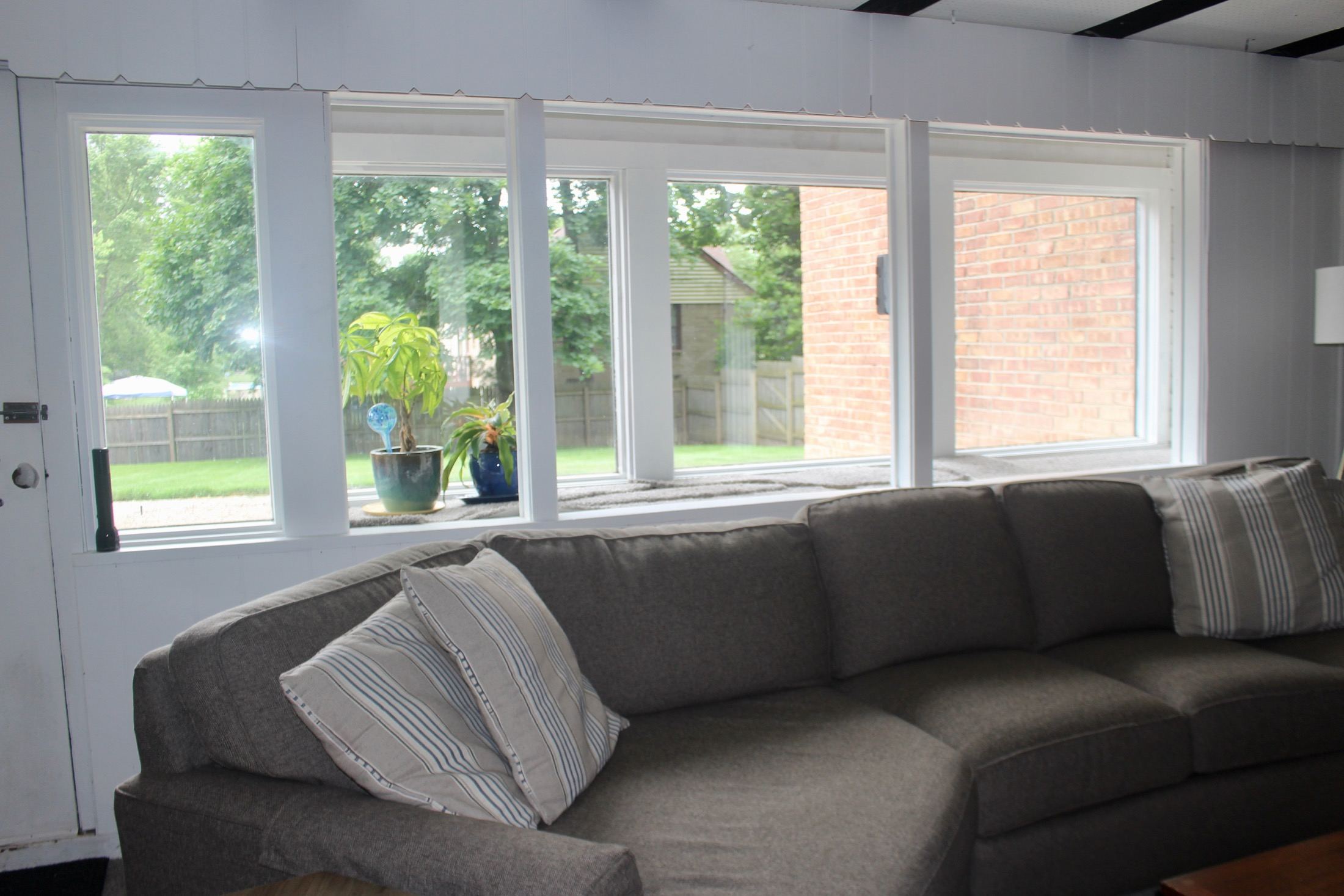 SEATING GROUP AND WINDOWS IN THE WALKOUT