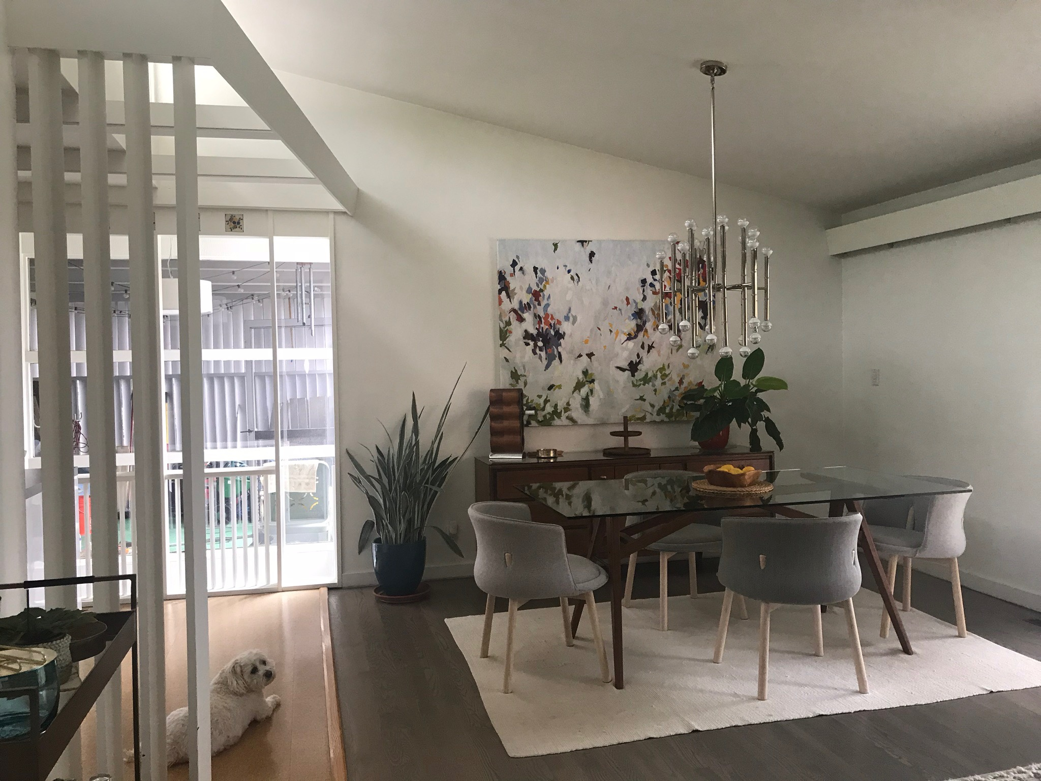 DINING AREA WITH VERTICAL TRANSITION ELEMENTS