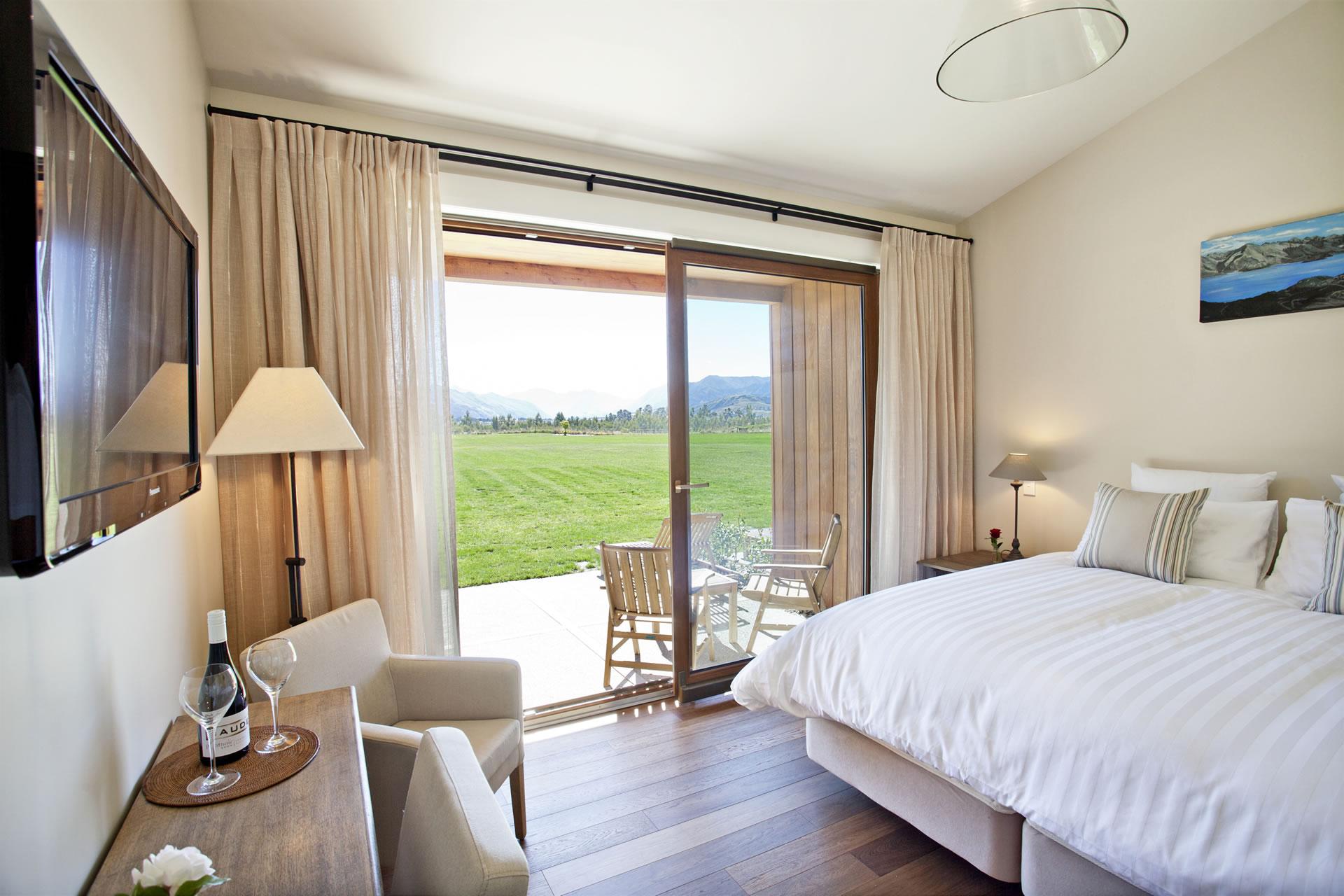 Well+Travelled+Bride+Lake+Wanaka+Haven+Honeymoon+Accommodation+03.jpg