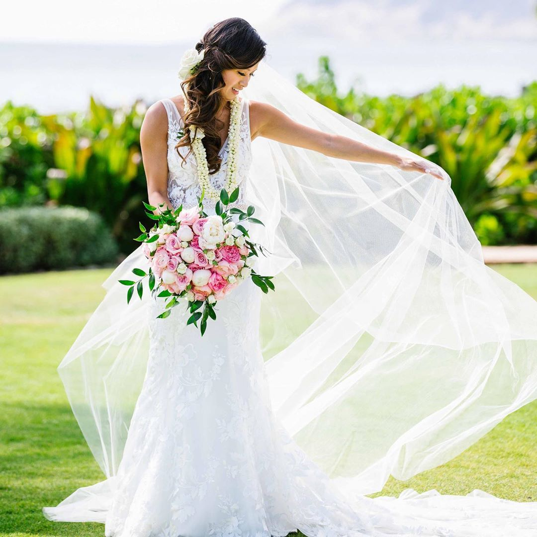 1 Well Travelled Bride Yvonne Design Wedding Florist Hawaii.jpg