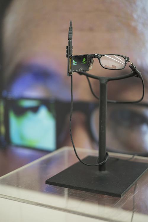 Teddyvision  , 2007   tv-screen, media player, glasses, 15 x 12 x 22 cm