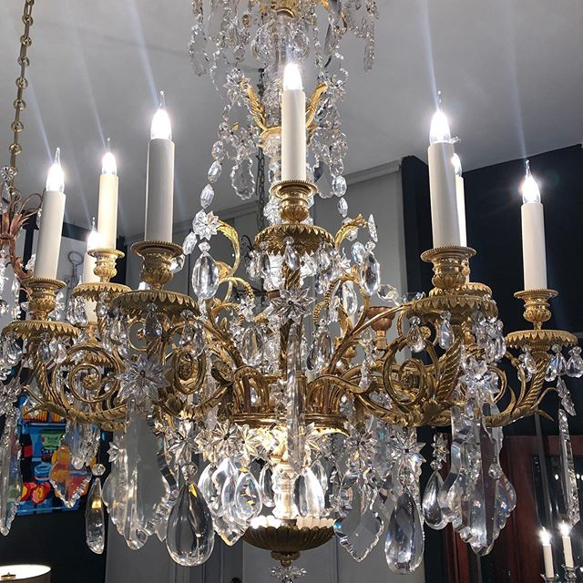 Large gilt bronze and Crystal chandelier. Exceptional piece. @galerievonthron @marchedauphine #decorationinterieure #interiordesign #homedecor #homedesign #luminaire #lighting #chandelier #marcheauxpuces #bronze