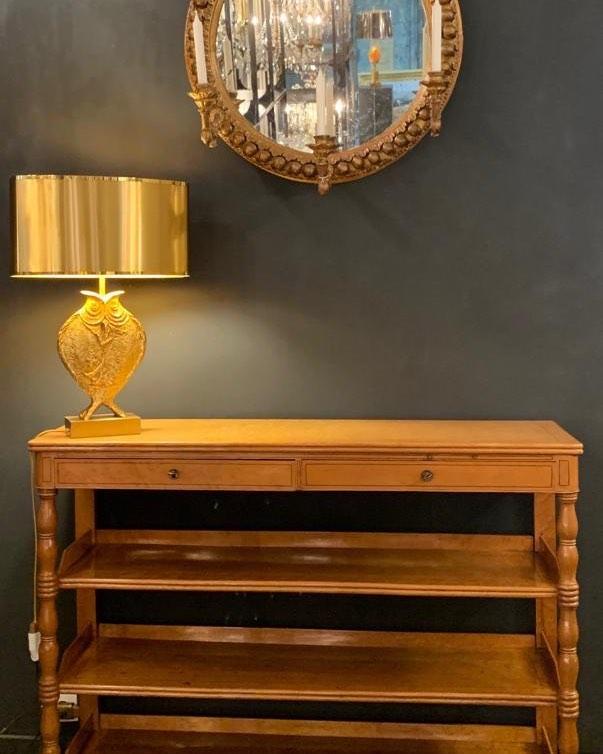Desserte Charles X avec une lampe maison Charles et un miroir en bois doré et terre cuite milieu 19ème . Le mélange de styles c'est cool ! So nice to mix up styles !  @galerievonthron #homedesign #decorationinterieure #interiordesign #antiques @marchedauphine