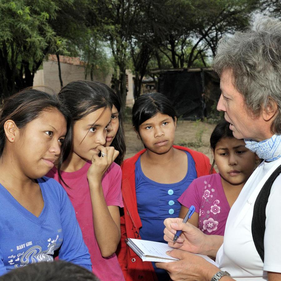 Mit jungen Hobby-Fußballerinnen in einer Wichí-Gemeinde im argentinischen Chaco Bild: Florian Kopp