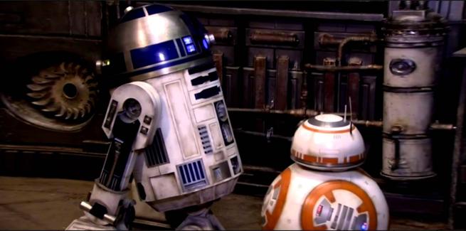 R2-D2 estas blua   BB-8 estas oranĝa