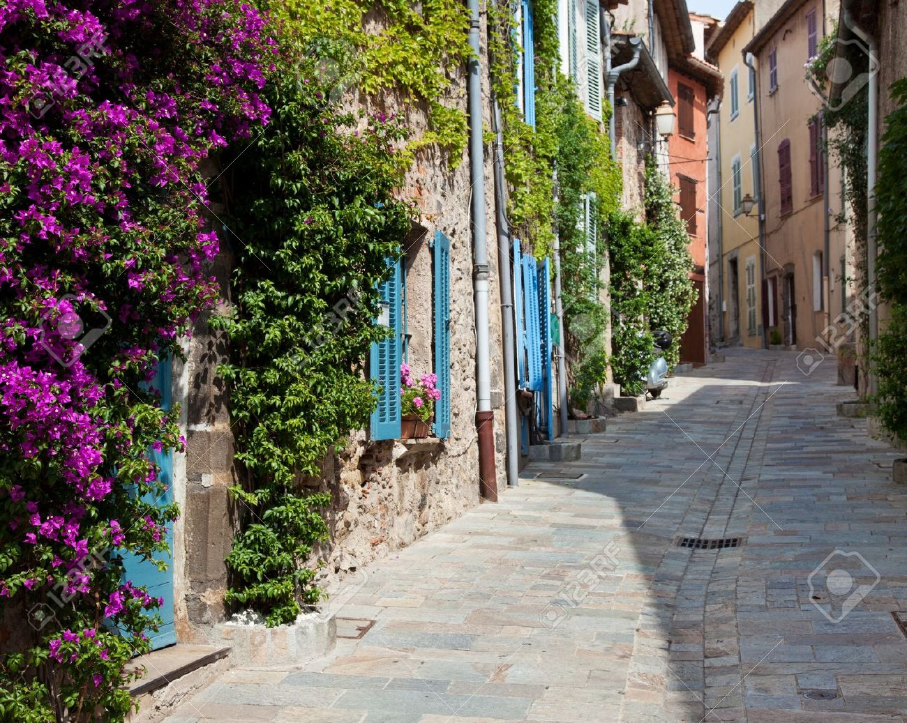 14364115-Traditional-provencal-street-scenery-Stock-Photo-provence.jpg