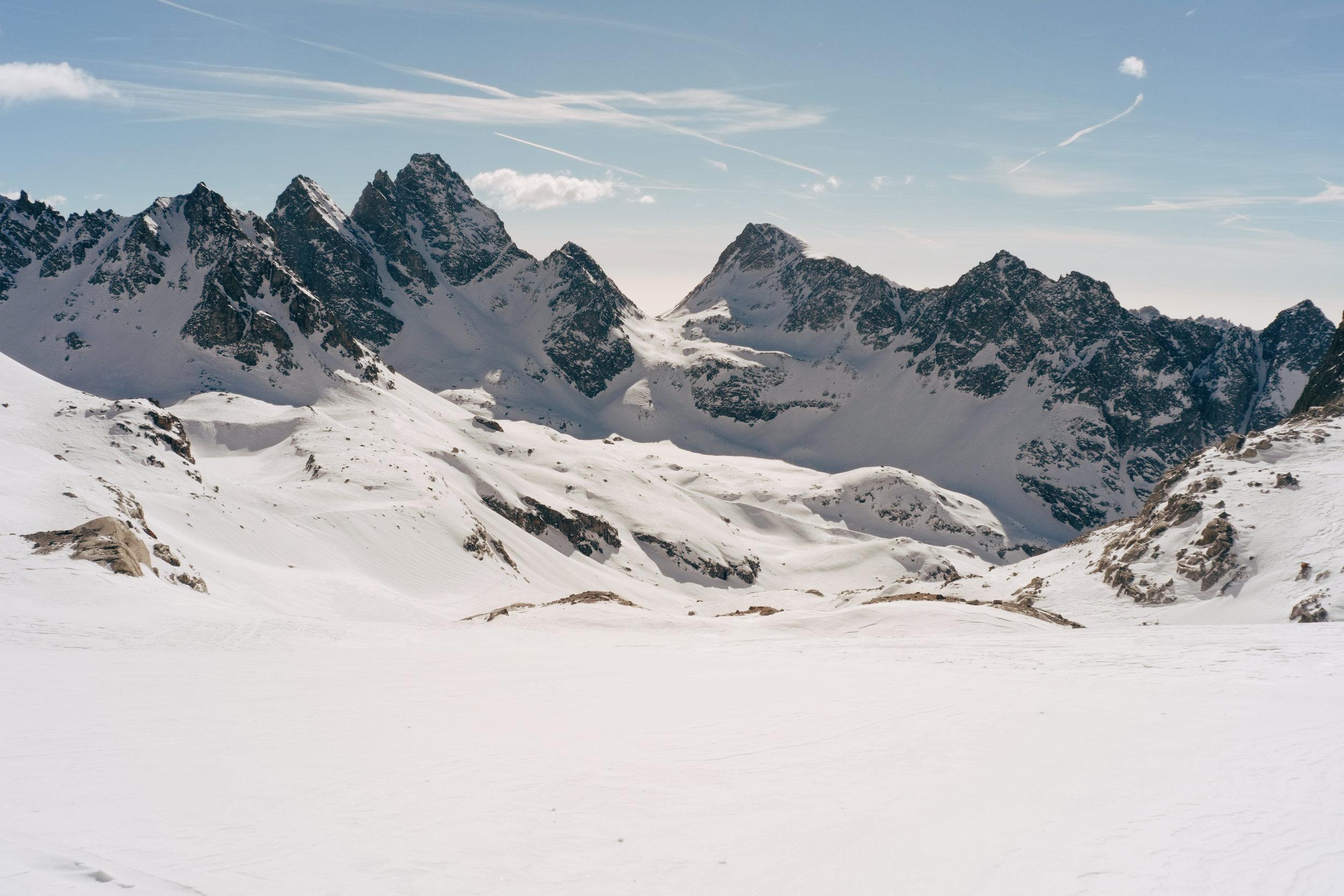 Au centre de l'image, le second col à franchir de l'étape du jour (col dei Becchi à 2990 m d'altitude).