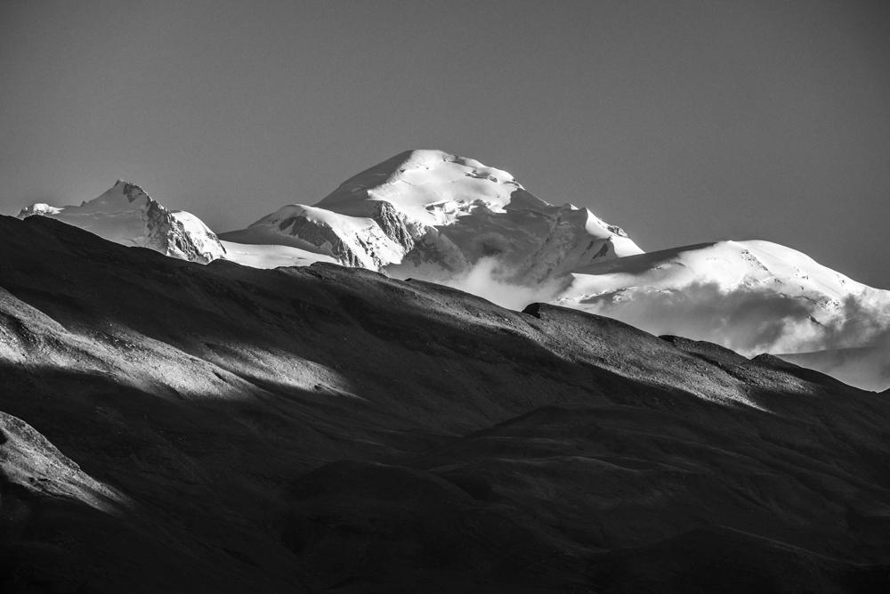 La cime du mont-Blanc depuis la combe d'Anterne, Sixt (Haute-Savoie, France). Pages 12-13