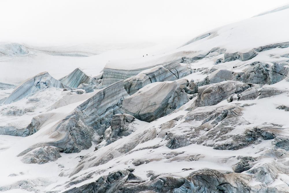 Cordée d'alpinistes de retour du sommet du Mont-Blanc, épaule du Mont Blanc du Tacul. Chamonix (haute-savoie, france). Pages 70-71