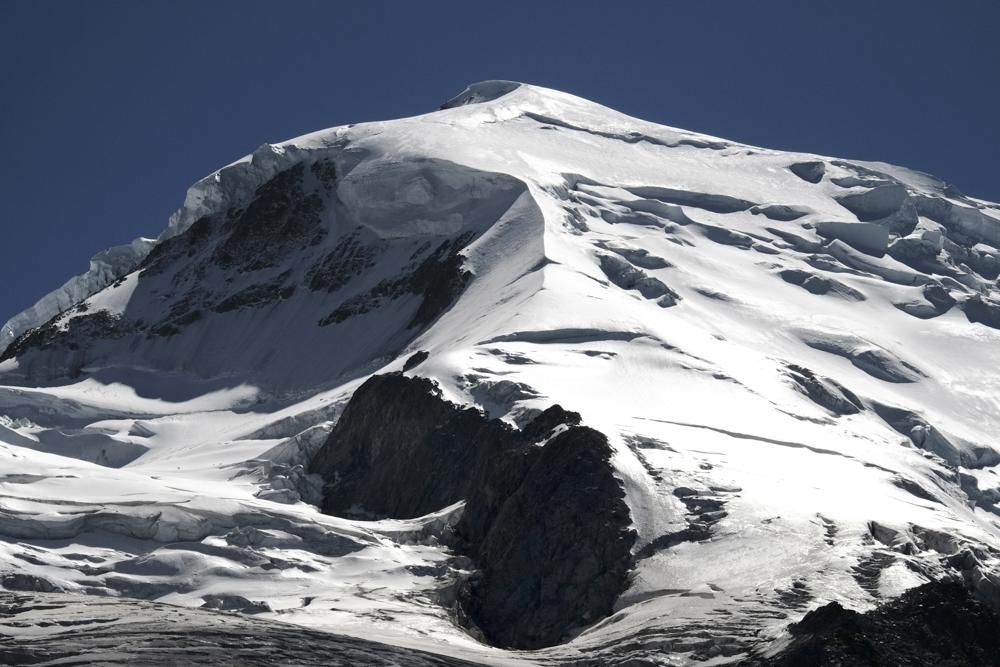 Le Mont-Blanc et les Rochers Rouges en été, Chamonix (haute-savoie, france). Pages 74-75