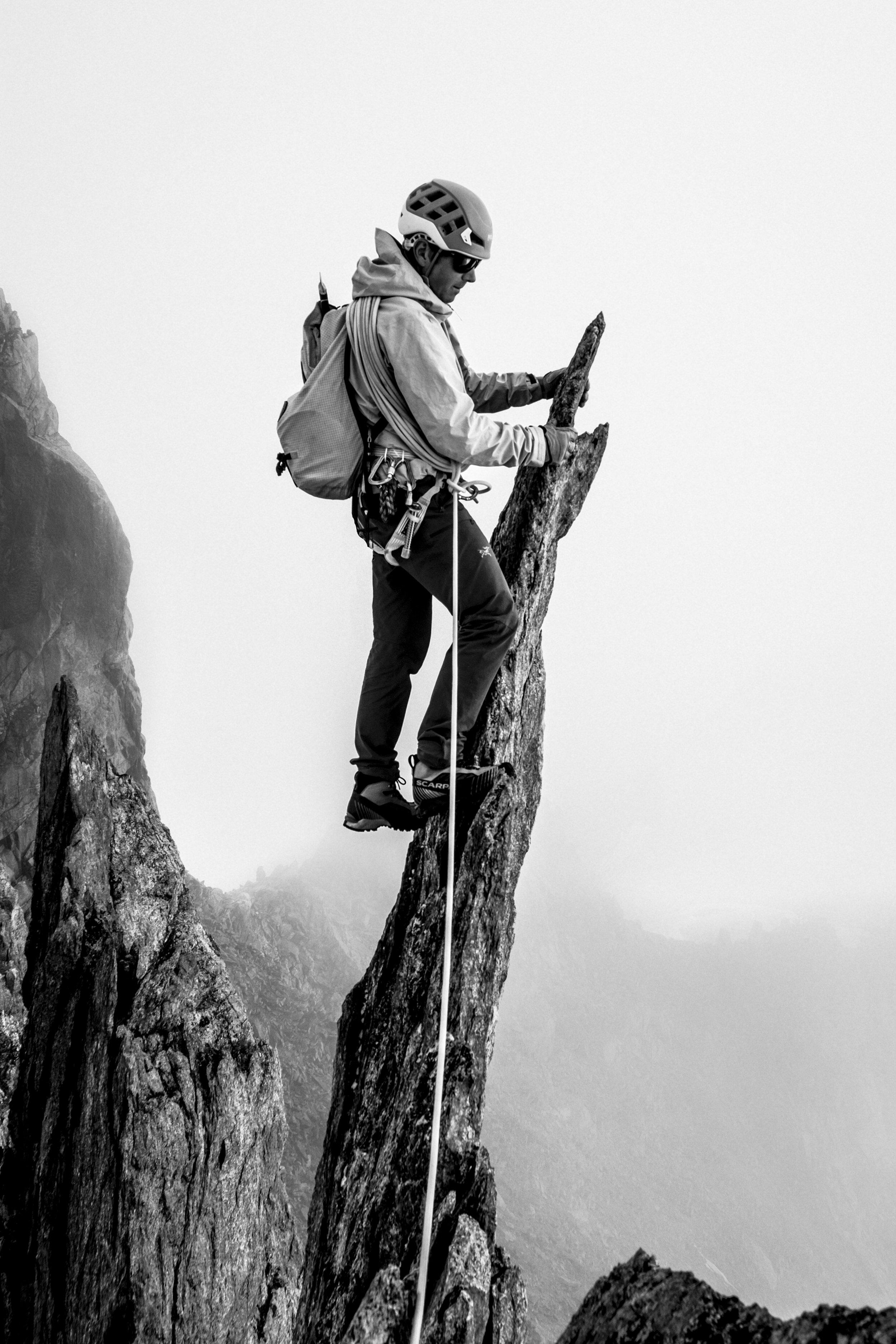 L'ALPINISTE MATHÉO JACQUEMOUD DANS LES AIGUILLES D'ENTREVES, CHAMONIX (HAUTE-SAVOIE, FRANCE). PHOTO : JULIEN LACROIX