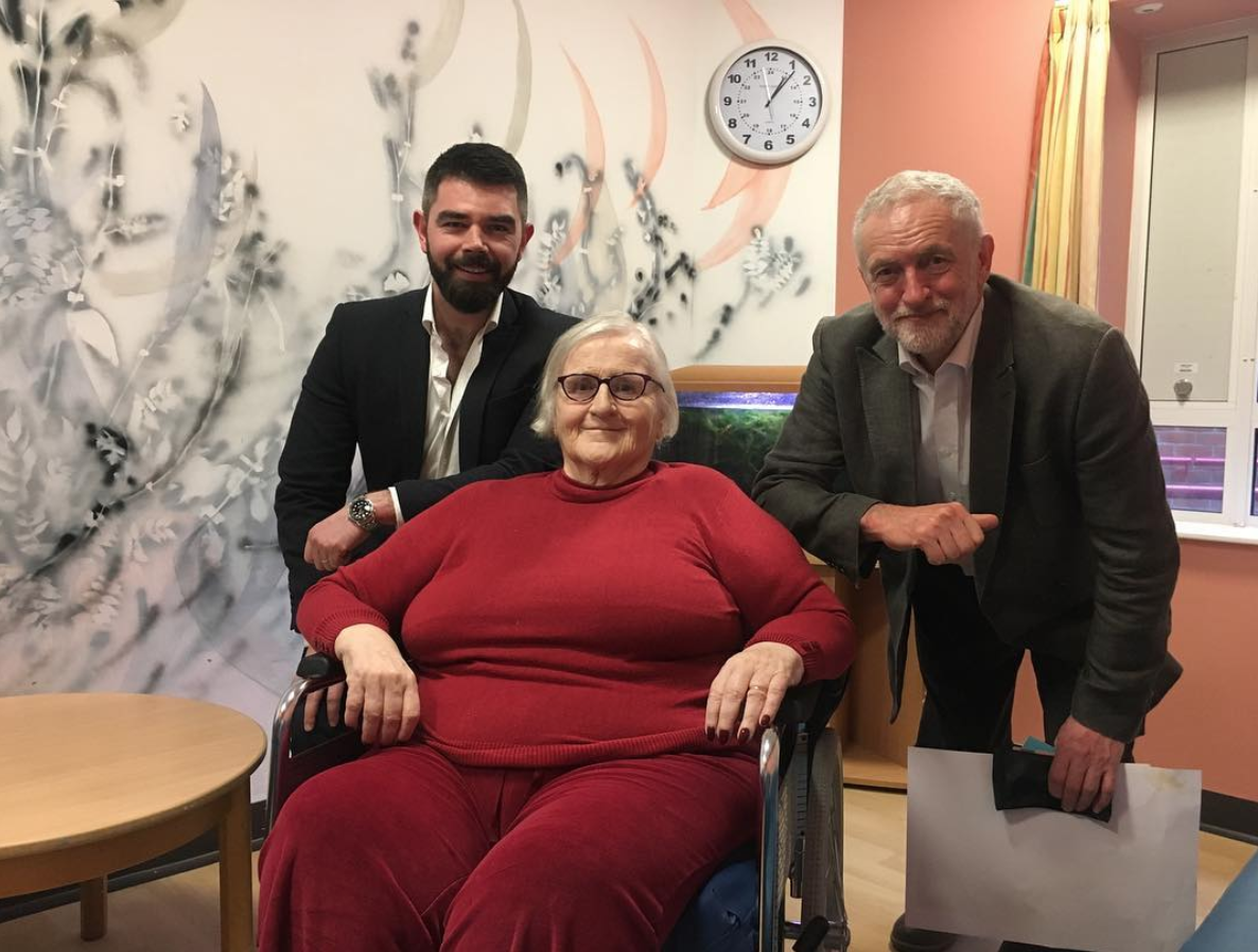 - Following the completion of our project, Jeremy Corbyn, leader of the Labour Party, paid a visit to Garnet Ward. He spoke with patients and staff and was given a tour of the artworks our artists had created by Hospital Rooms Chairman and Trustee Eoghan White. Eoghan and Jeremy are pictured here with Joan, a Garnet Ward patient and enthusiastic participant in many of the art workshops we ran on the ward during the course of the project. Part of a beautiful mural created by another of our artists, Aimee Parrott, can be seen in the background.