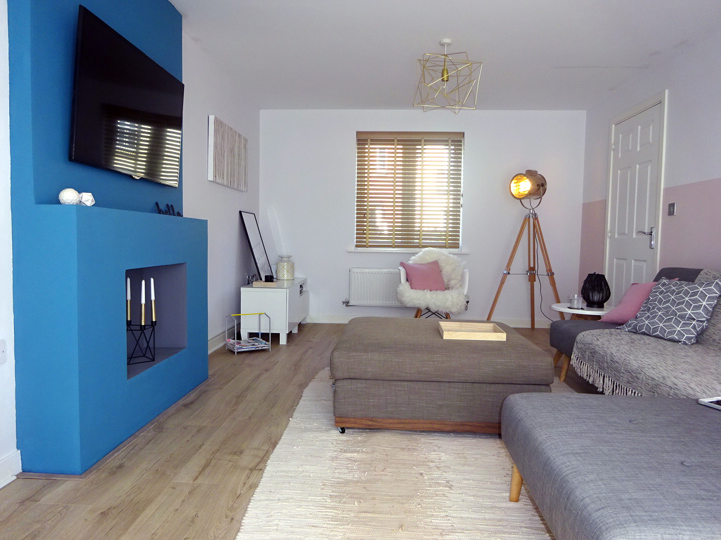 We chose blinds instead of curtains and white as a background to make the room look wider and brighter.