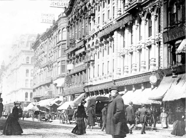 photo-chicago-state-street-carriages-pedestrians-note-old-mandel-brothers-store-in-background-1890.jpg