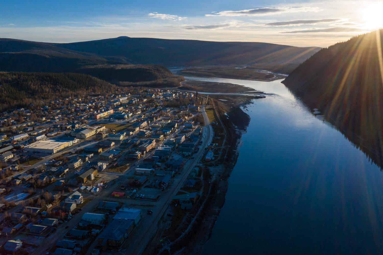 Les derniers rayons de soleil sur Dawson City