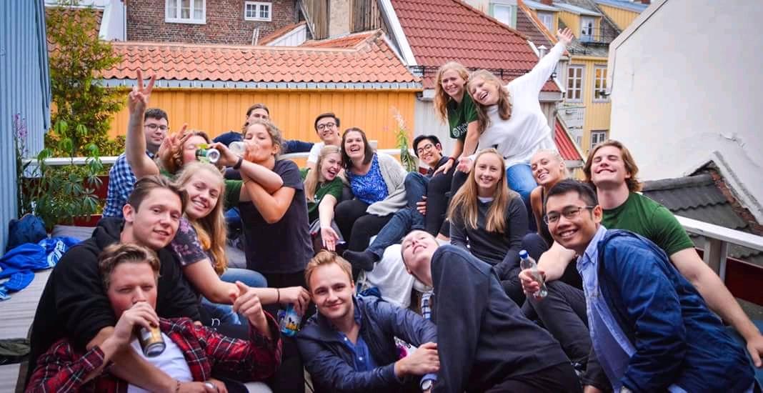Hva er greia med faddertiden? - Faddertiden er en tradisjon i Trondheim som består av to uker med mange forskjellige aktiviteter. I år er faddertiden offisielt i gang den 11 august, og varer til den 25 august. Disse ukene er der for at dere som nye studenter skal få bli kjent med hverandre og med Trondheim som en studentby! For å kunne delta på de to beste ukene noen gang, trenger vi at du melder deg på ved å fylle ut dette skjemaet som du finner hvis du trykker her.