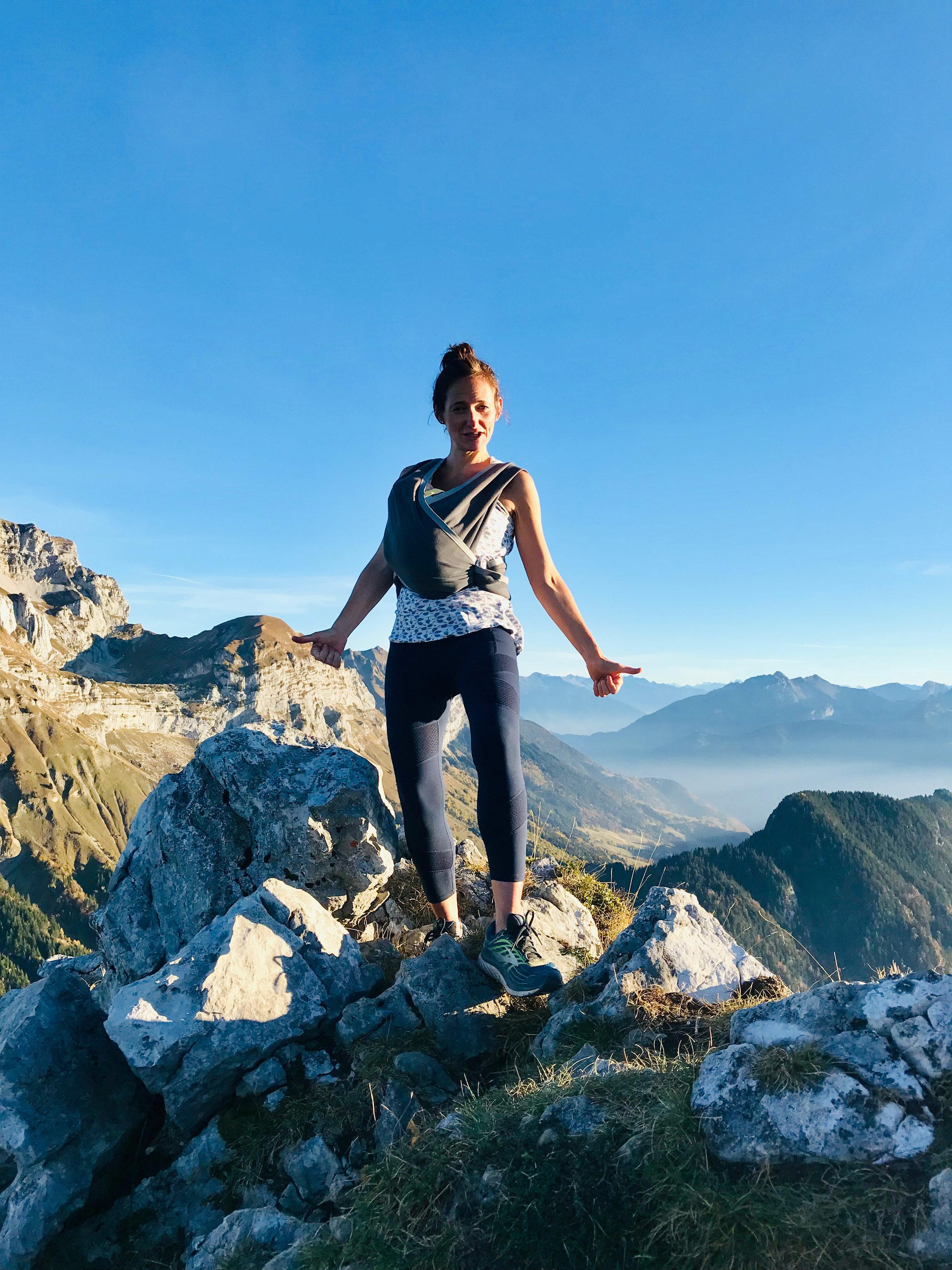 L'air pur de la montagne berce notre petit bébé et on ne l'entend pas de toute la montée. - Amélie Lefèvre.