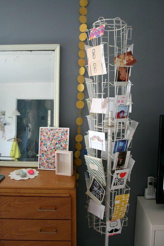 Moderne et mobile, un brin rétro, voici le porte carte-postales chargé de cartes, de photos voir de petits mots.