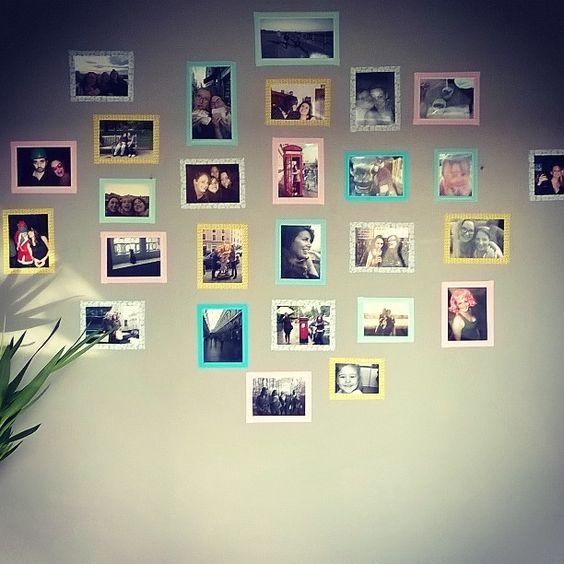 Et si vous décoriez un pan de mur avec vos photos souvenirs tout simplement encadrées de vos masking tape préférés? pour une décoration facile à mettre en place et qui peut s'adapter aux fils des photos reçues.