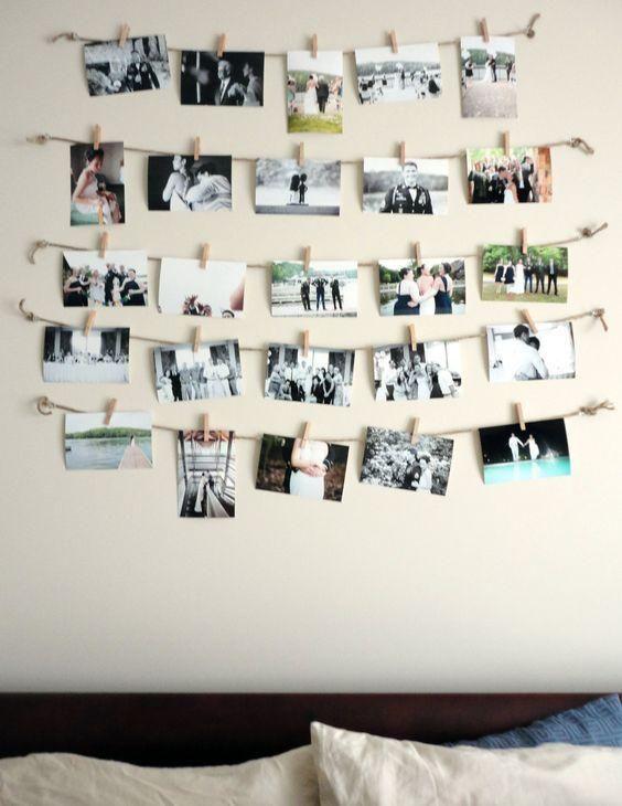 Quelques ficelles et quelques pinces à linge et voici une belle manière de disposer ses photos sur le mur de notre choix.