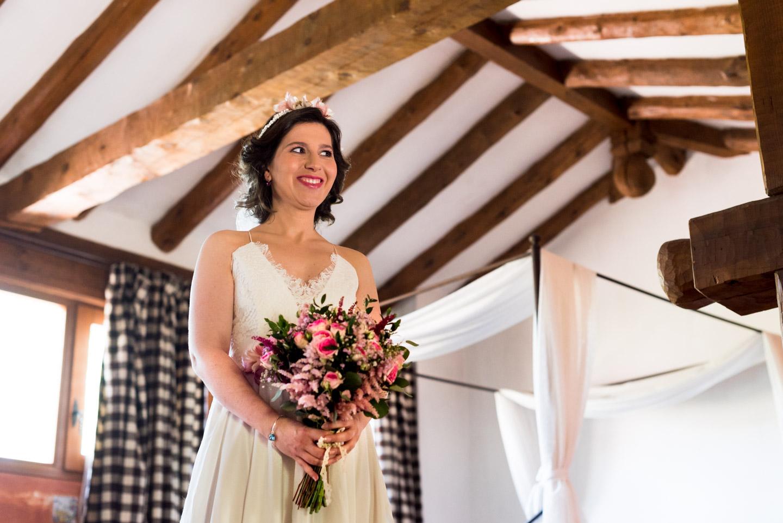 sposa con vestito vintage e corona di fiori