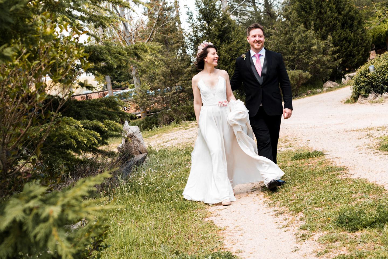sposi sorriso camminare insieme
