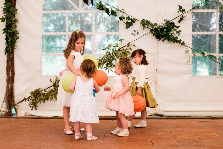 bambini ballano palloncini divertimenti