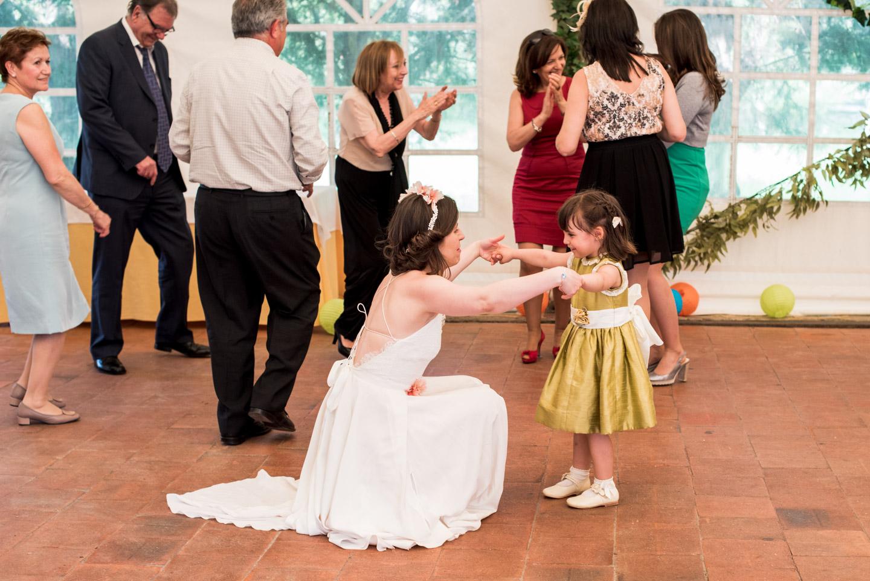 la sposa balla con la bambina