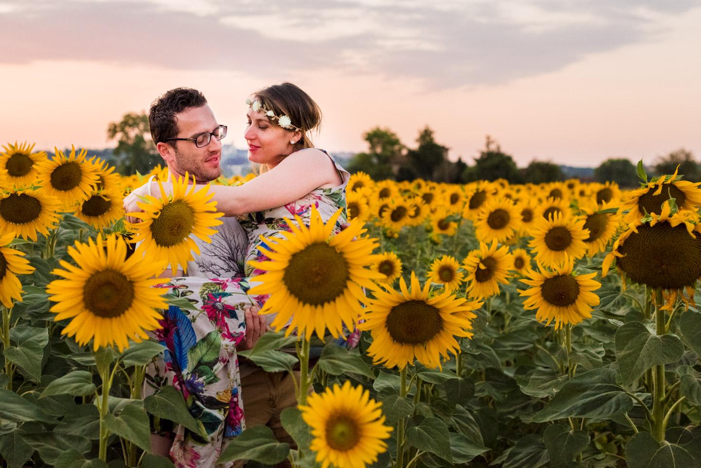 tramonto toscano e girasoli per amanti innamorati e felici