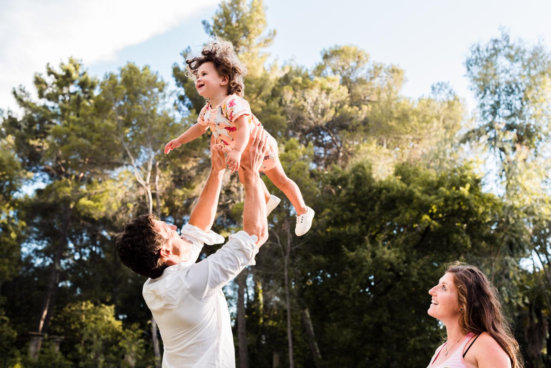 gioco-figlia-bambina-volavola-felicità-villa_maurogordato-livorno