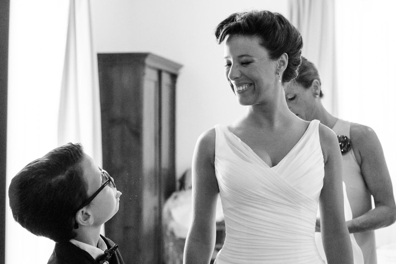 fotografia-sposa-nipote-gioco-divertimento-bianco_e_nero