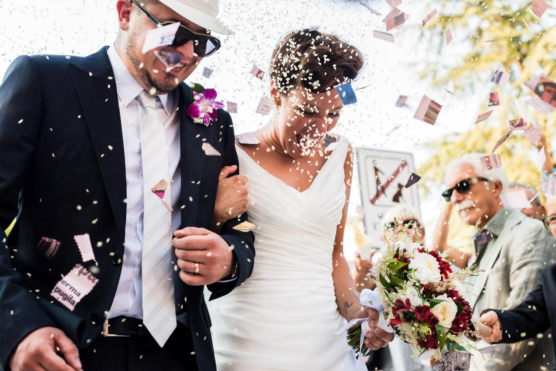 fotografia-sposi-riso-petali-felicità-festeggiare
