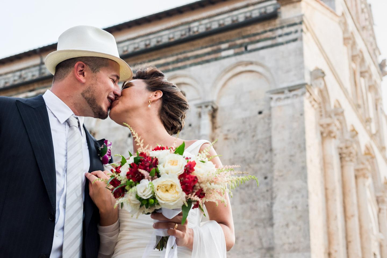 fotografia-sposi-coppia-bacio-massa_marittima