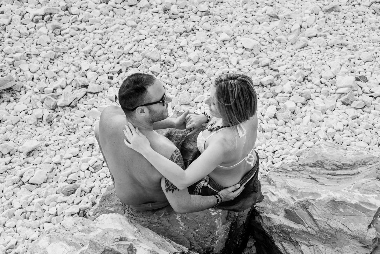 abbraccio-coppia-bianco_e_nero-scoglio