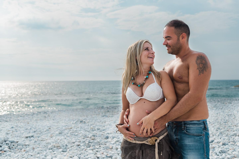 risas-barriga-embarazo-pareja-felicidad