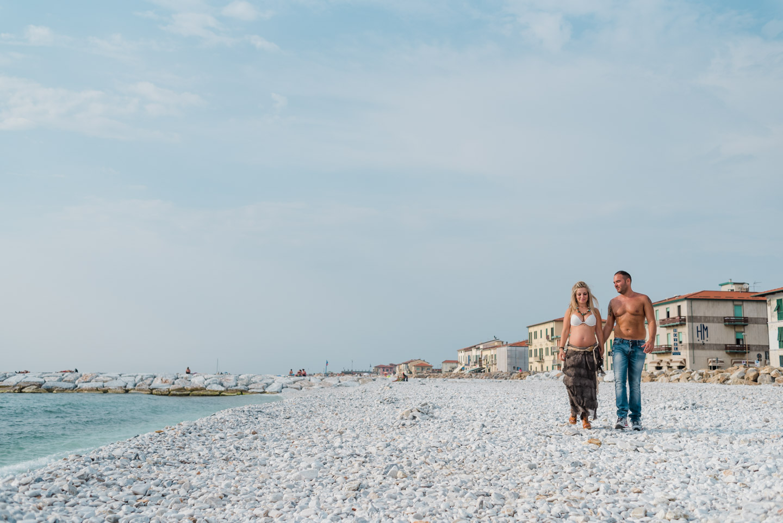 panorama-playa-paseo-pareja-manos