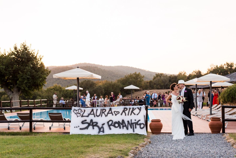novios-cartel-romanticismo-invitados-finca-piscina-toscana