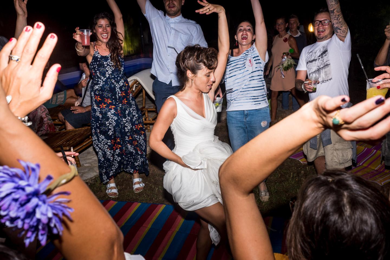 divertirse-bailar-novia-fiesta-alegria