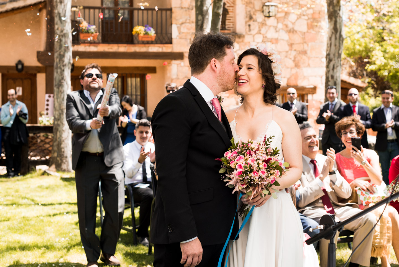beso-casados-confetti-alegria