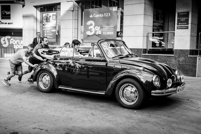 coche_de_epoca-risas-nervios-blanco_y_negro