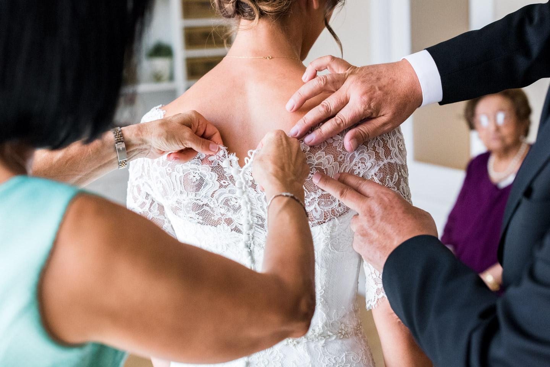 preparativi_sposa-famiglia-genitori-mani-vestito_da_sposa