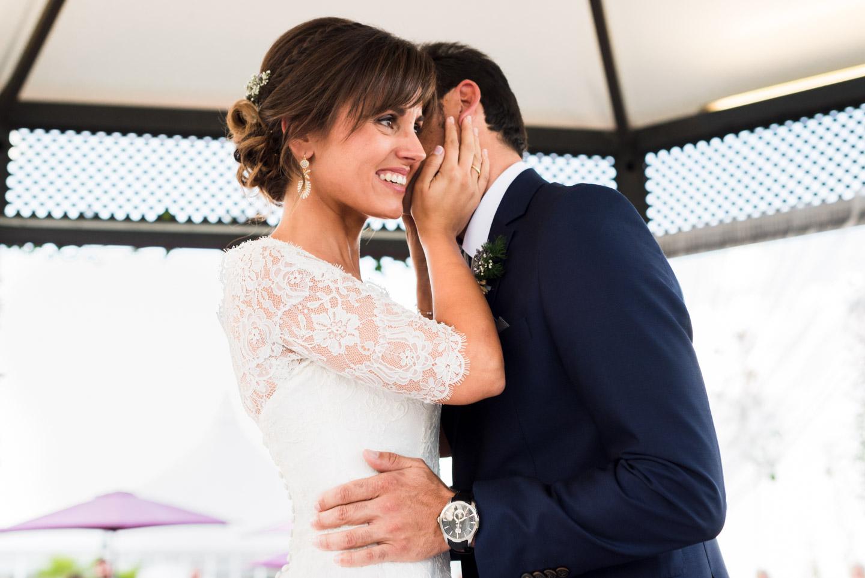 sposi-felici-bacio-affetto-sereni