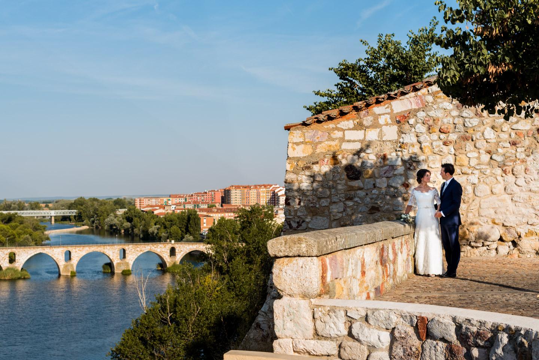 paesaggio-paese-fiume-ponte-sguardo-sposi