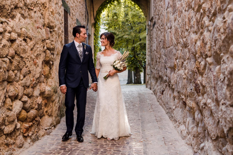 mura_medievali-paese-passeggiata-sposi-innamorati