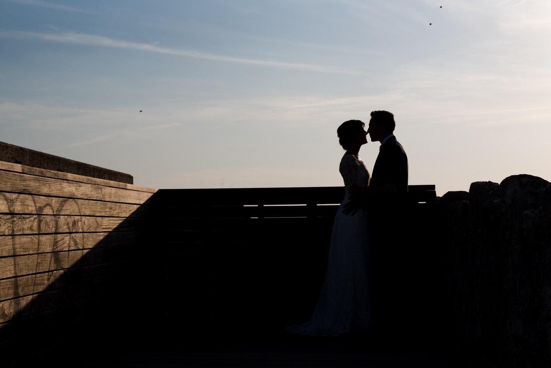 bacio-coppia-controluce-cielo