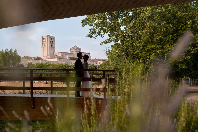 catedral-paisaje-flores-novios-beso-amarse